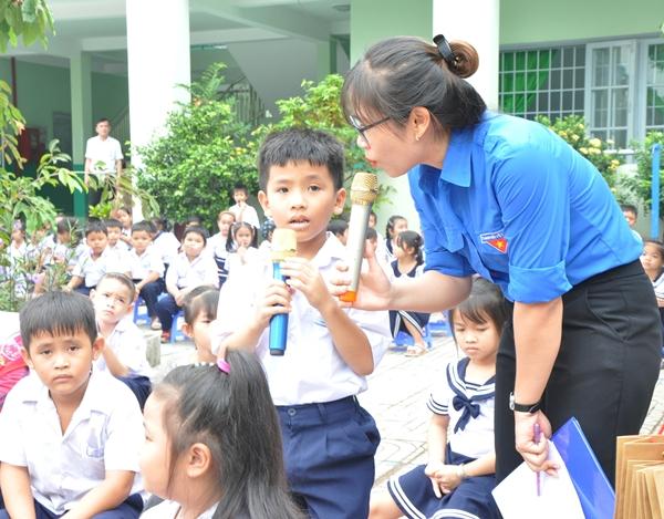 Các em học sinh hào hứng tham gia trò chơi của Ban tổ chức