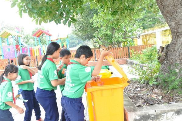 Rác được các em phân loại trước khi bỏ vào 3 thùng rác tương ứng Rác tái chế, rác vô cơ, rác còn lại.