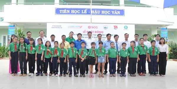 Đại diện Lãnh đạo chính quyền địa phương TP. Vũng Tàu, xã Long Sơn, Tập đoàn SCG, mGreen chụp hình lưu niệm cùng các em