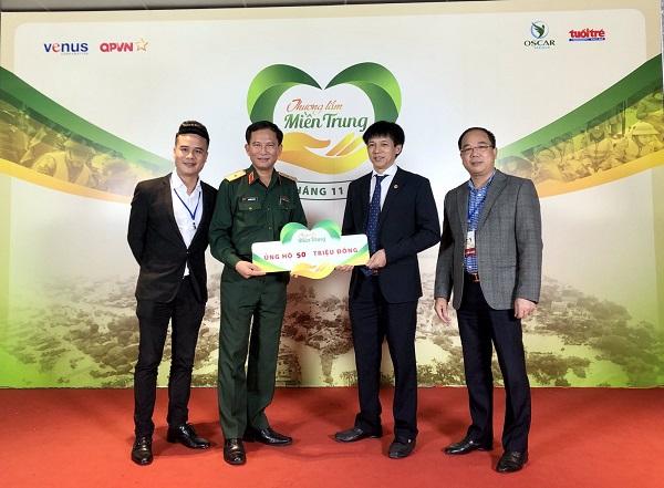 Ông Đỗ Văn Tiến, Phó Chánh văn phòng Tập đoàn CEO (thứ 2 từ phải sang) trao biểu trưng ủng hộ tại chương trình