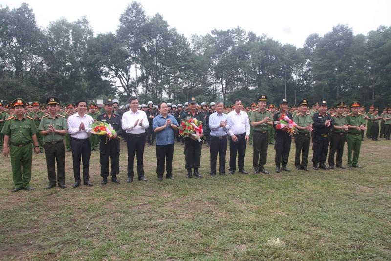 Lãnh đạo tỉnh Đồng Nai tặng hoa chúc mừng tổ công tác. (Ảnh: Minh Trường)