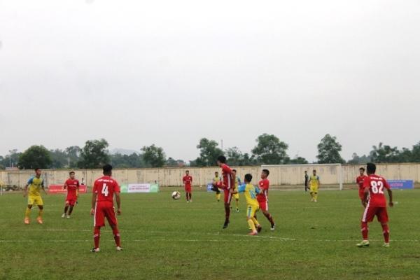 Pha tranh bóng giữa cầu thủ đội chủ nhà Hải Nam Vĩnh Phúc (áo vàng) với cầu thủ đội Trẻ Viettel