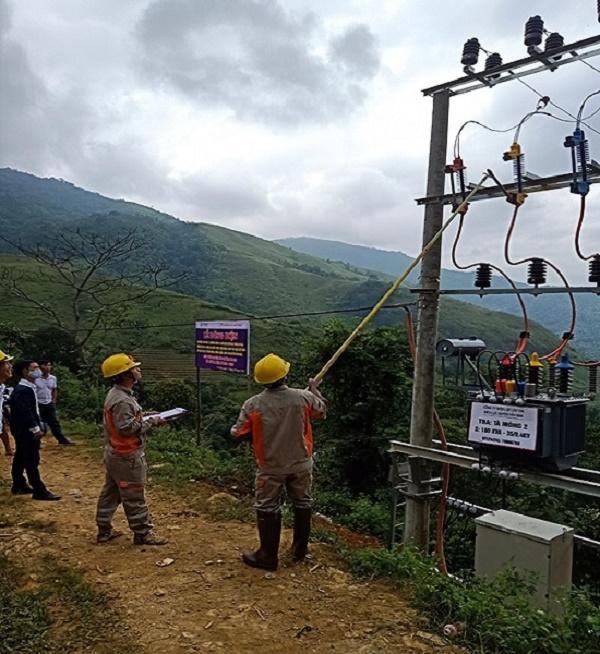 Điện lực Văn Bàn đóng điện TBA Tà Moòng - công trình đưa điện về các thôn bản chưa có điện lưới quốc gia đồng thời nâng cao chất lượng điện áp giảm tổn thất điện năng