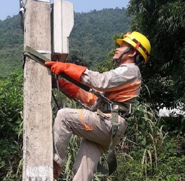Công nhân Điện lực Bảo Yên kiểm tra lưới điện hạ thế