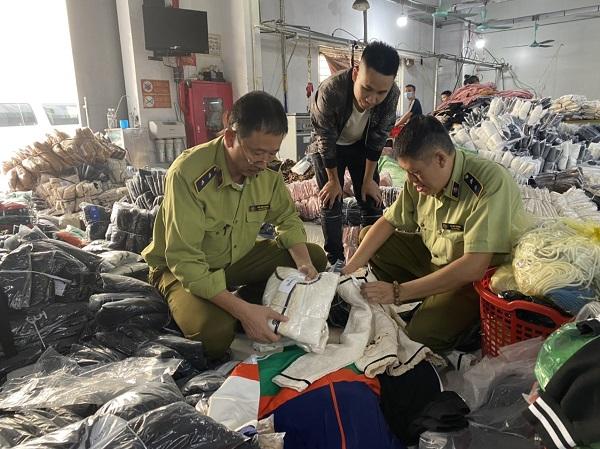 Lực lượng chức năng Hà Nội kiểm tra hàng hóa vi phạm