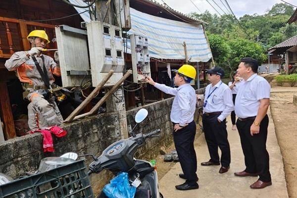 Ông Bùi Xuân Thành - Giám đốc Công ty và ông Trần Kim Long PGĐ Công ty trực tiếp xuống hiện trường chỉ đạo công tác lắp đặt và đảm bảo an toàn trong quá trình thực hiện