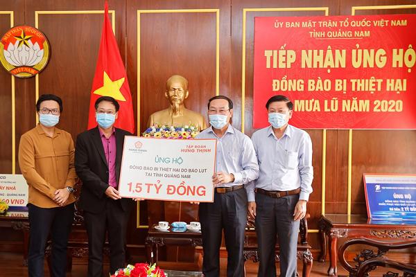 Đại diện Tập đoàn Hưng Thịnh trao bảng tượng trưng ủng hộ đồng bào vùng lũ tại tỉnh Quảng Nam cho ông Võ Xuân Ca - Chủ tịch UB MTTQ Việt Nam tỉnh Quảng Nam