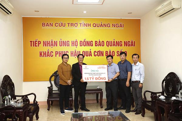 Đại diện Tập đoàn Hưng Thịnh trao bảng tượng trưng ủng hộ đồng bào vùng lũ tại tỉnh Quảng Ngãi cho ông Nguyễn Cao Phúc - Chủ tịch UB MTTQ Việt Nam tỉnh Quảng Ngãi