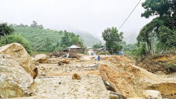 Sạt lở chia cắt trung tâm xã Phước Thành, huyện Phước Sơn, tỉnh Quảng Nam.
