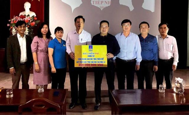Ông Phạm Anh Đức - Tổng Giám đốc và Ông Nguyễn Minh An - Hàm Phó Tổng Giám đốc kiêm Giám đốc Công ty Bảo hiểm PVI Huế trao quà ủng hộ bão lũ đến Ngành Giáo dục Tỉnh Thừa Thiên Huế
