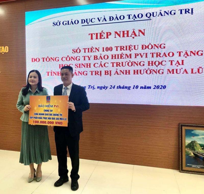 Ông Lê Đình Minh Tuấn - Phó Giám đốc PVI Huế trao tặng ngành giáo dục Tỉnh Quảng Trị.