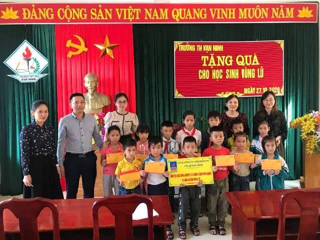 Tặng quà cho học sinh vùng lũ Quảng Bình