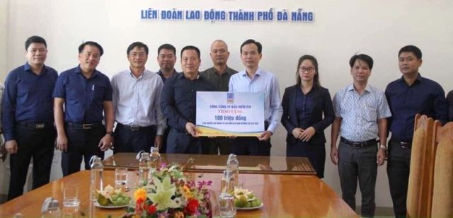 Trao tặng ở LĐLĐ TP Đà Nẵng
