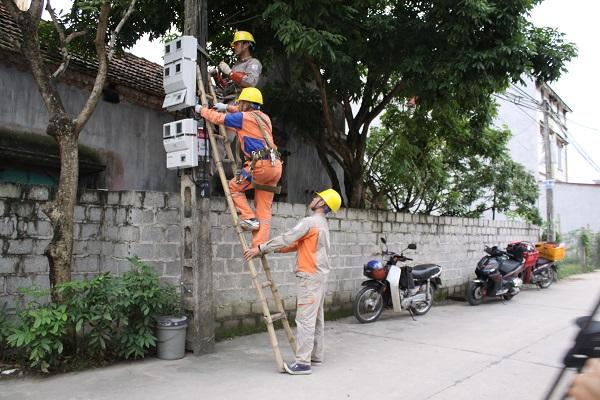 Công nhân Điện lực Thành phố Hưng Yên cải tạo, sữa chữa lưới điện