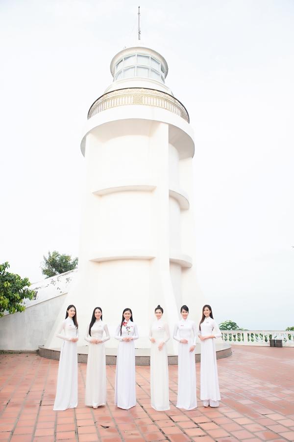 Các thí sinh duyên dáng trong trang phục áo dài trắng tại ngọn Hải đăng nằm trên đỉnh Núi Nhỏ - Tp. Vũng Tàu