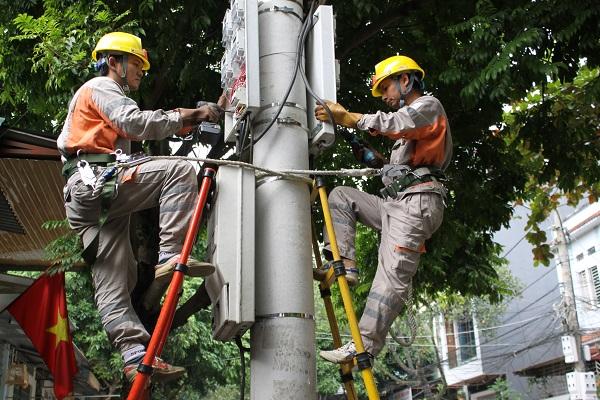 Công nhân Điện lực Thành phố Lào Cai triển khai lắp đặt công tơ điện tử nhằm công khai, minh bạch và ghi chỉ số công tơ một cách chuẩn xác