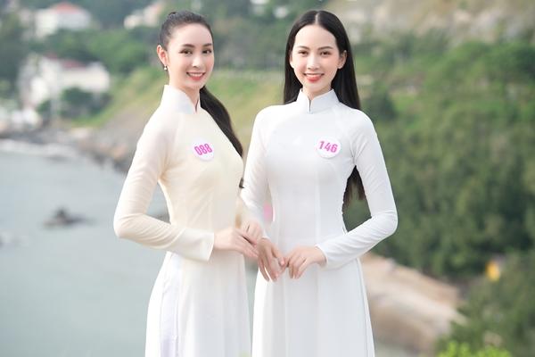 Phạm Thị Phương Quỳnh (SBD 146) và Hoàng Bảo Trâm (SBD 088) xinh tươi, duyên dáng tại  Mũi Nghinh Phong