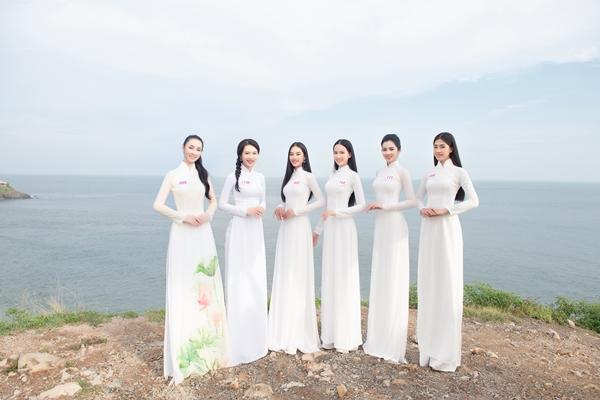 Các thí sinh diện áo dài trắng tạo dáng tại Mũi Nghinh Phong.
