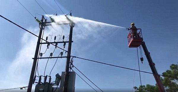 Điện lực Hưng Yên vệ sinh cách điện trên đường dây đang mang điện bằng nước áp lực cao - một trong những công tác quan trọng giúp giảm tổn thất điện năng