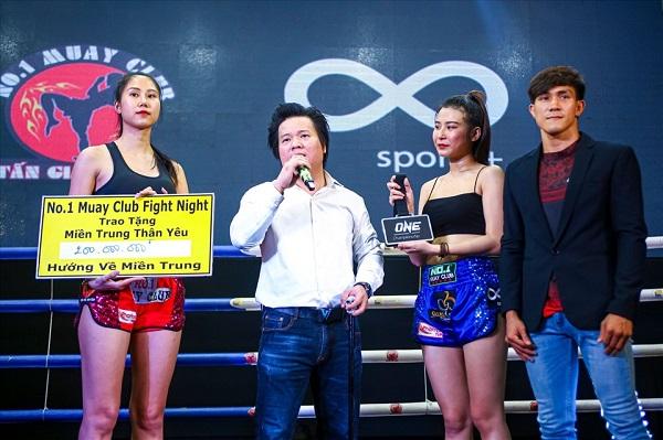Ông Nguyễn Hồ Đăng Minh (áo trắng)- CEO Cty Gris And Brothers đã đấu giá thành công chiếc huy chương vô địch One Championship với giá 200 triệu đồng từ võ sĩ Nguyễn Trần Duy Nhất ( áo vest đen) .