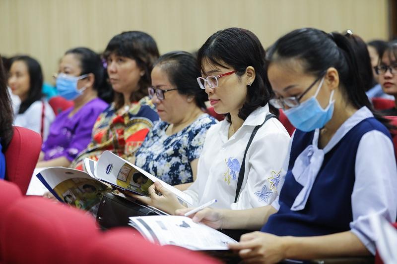 Đông đảo lãnh đạo các phòng giáo dục, thầy cô tham dự buổi tập huấn