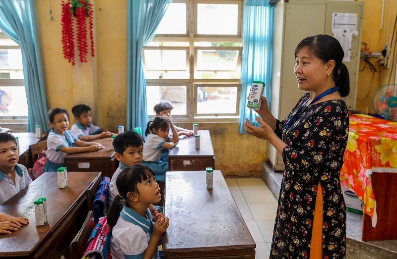 Giáo viên trường Tiểu học Thị trấn Củ Chi (TP HCM) hướng dẫn cho học sinh uống sữa học đường đúng cách vào tháng 6/2020.