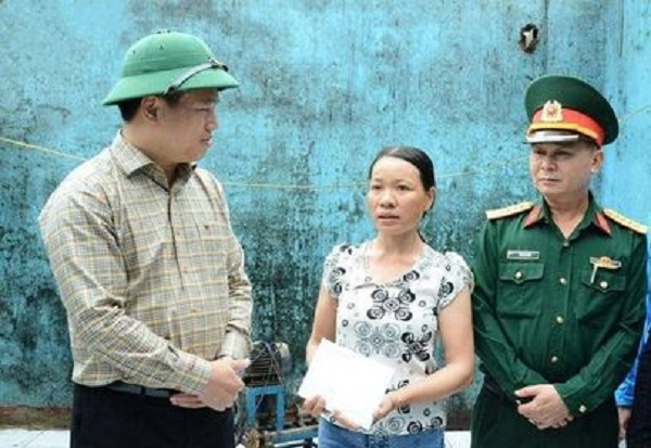 Đồng chí Đặng Ngọc Huy thăm hỏi, động viên gia đình chị Ngô Thị Hường, thôn Đông Lỗ, xã Bình Thuận.
