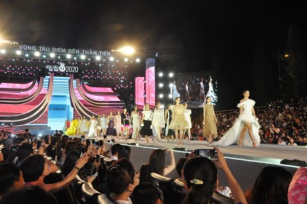 Các thí sinh trình diễn BST của NTK Lê Thanh Hòa