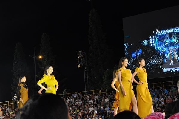 Các thí sinh trình diễn trang phục NTK Đinh Thành Long