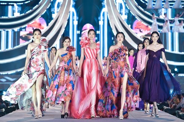 Hoa hậu Đỗ Mỹ Linh cùng 2 Á hậu Phương Nga, Thúy An, bà Easter Lily (thứ 2 bên trái) Giám đốc sáng tạo nhãn hiệu thời trang Neva fashion