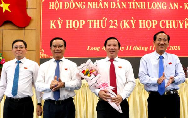 Ông Nguyễn Văn Út (người cầm hoa) được bầu làm Chủ tịch UBND tỉnh Long An.