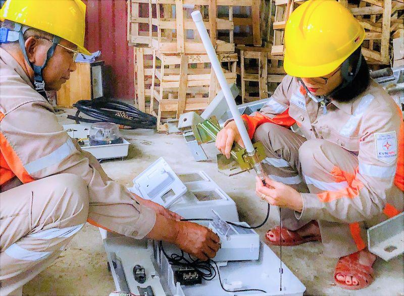 Công nhân kiểm tra thiết bị trước khi lắp đặt ( Ảnh: PC Thanh Hóa)