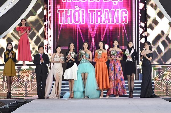 Ban tổ chức tặng hoa chúc mừng 5 thí sinh lọt vào Top 5