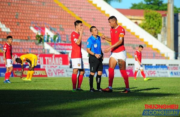 Trọng tài Hoàng Ngọc Hà năm thứ 2 đoạt Còi vàng bóng đá Việt Nam
