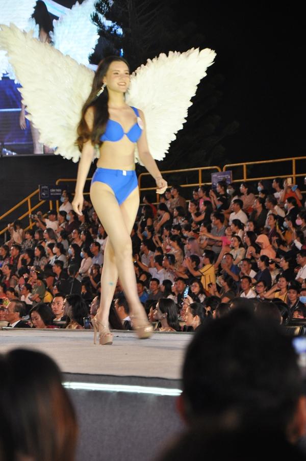 Nhờ khoác đôi cánh lông vũ đầy màu sắc khiến các thí sinh thêm nét duyên cho trang phục áo tắm...
