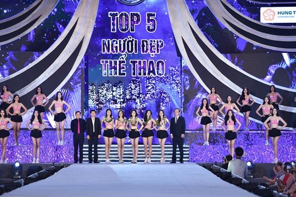 Đại diện Ban tổ chức và Lãnh đạo thành phố Vũng Tàu tặng hoa Top 5