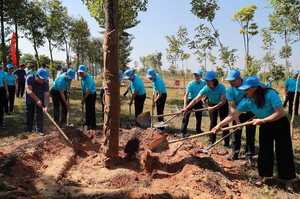 Lãnh đạo tỉnh Phú Thọ và lãnh đạo Agribank trồng cây tại khuôn viên bên trái cổng Đền Hùng