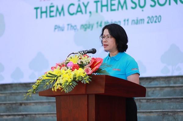 Bà Nguyễn Thị Phượng - Ủy viên Ban Thường vụ, Phó Tổng giám đốc, Trưởng Ban chỉ đạo phát triển thanh niên Agribank phát biểu tại buổi lễ trồng cây xanh tại Khu Di tích lịch sử Đền Hùng