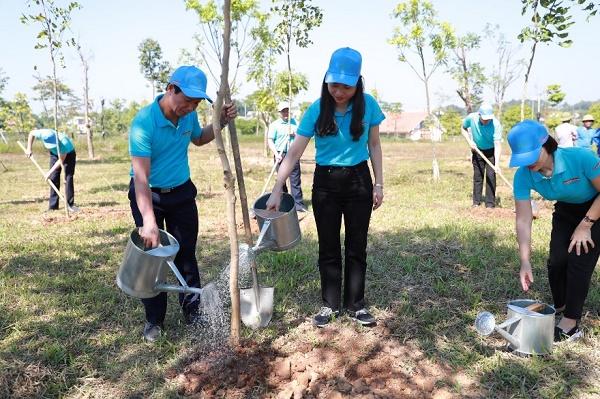 Lãnh đạo và đoàn viên thanh niên Agribank chi nhánh Phú Thọ và Phú Thọ II trồng cây tại khuôn viên Đền Hùng