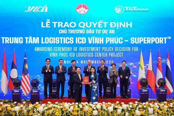 Bà Hoàng Thị Thúy Lan, Bí thư Tỉnh ủy Vĩnh Phúc trao Quyết định chủ trương đầu tư dự án Trung tâm Logistics ICD Vĩnh Phúc (SuperPortTM) cho ông Đỗ Quang Hiển - đại diện Liên danh Tập đoàn T&T Group – YCH Group –YCH Holdings.