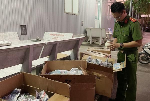 Tổ công tác chống buôn lậu thuộc Công an TP Long Xuyên (An Giang) phát hiện trên xe có chở 8 thùng giấy với tổng trọng lượng khoảng 260kg, bên trong chứa: tô, chén, dĩa, ly… đã qua sử dụng, không hóa đơn, chứng từ chứng minh nguồn gốc xuất xứ.