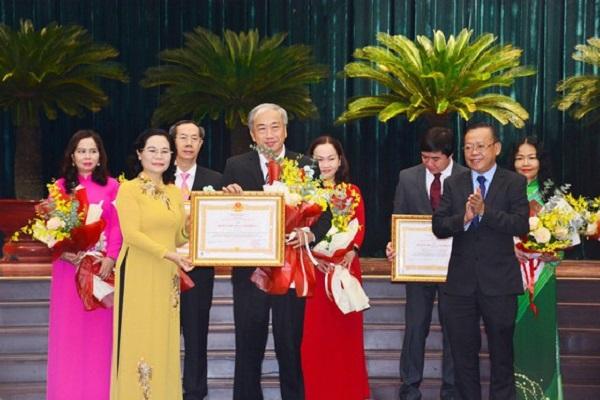 Phó Bí thư Thành ủy TPHCM, Chủ tịch HĐND TPHCM Nguyễn Thị Lệ trao Huân chương Lao động hạng Ba của Chủ tịch nước cho Thầy Bùi Trí Hiệp, Hiệu trưởng Trường THPT Mạc Đĩnh Chi.