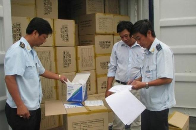 Lực lượng Hải quan kiểm tra hàng hóa vi phạm