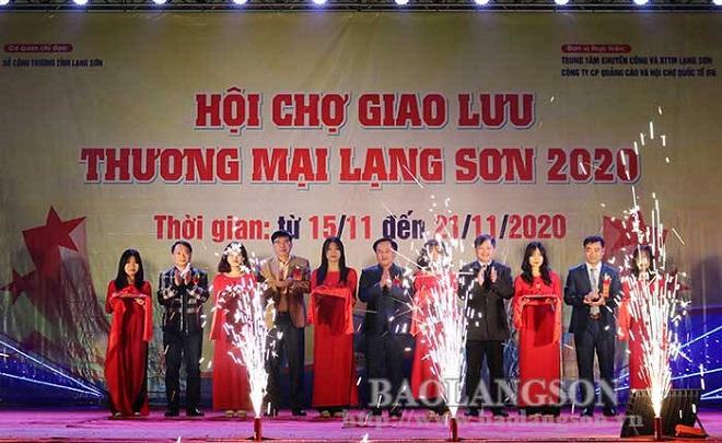 Các đại biểu cắt băng khai mạc Hội chợ giao lưu thương mại Lạng Sơn năm 2020