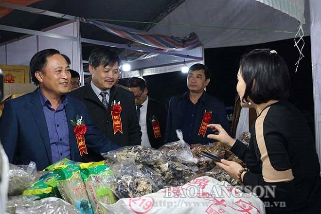 Các đại biểu tham quan gian hàng tại hội chợ giao lưu thương mại Lạng Sơn năm 2020