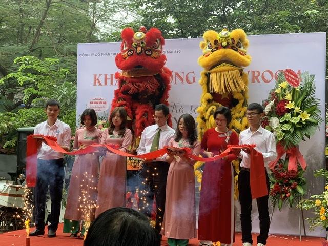 Bà Nguyễn Thị Kim Thoa – Giám đốc thương hiệu trà sạch An Nguyên Cùng các cộng sự cắt băng khai trương showroom tại Hà Nội.