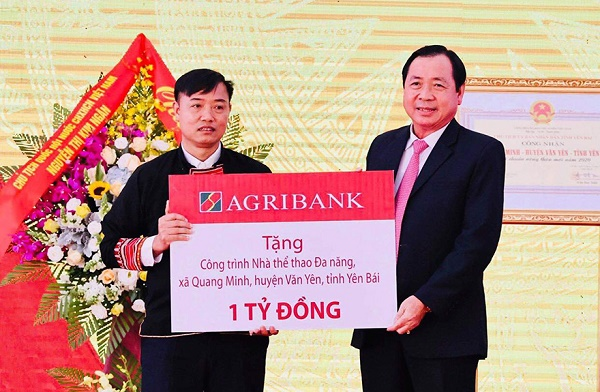 Thành viên HĐTV, Tổng Giám đốc Agribank Tiết Văn Thành trao tặng 1 tỷ đồng cho Xã Quang Minh xây dựng nhà thể thao đa năng