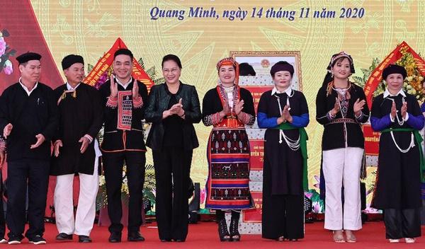 Chủ tich Quốc hội Nguyễn Thị Kim Ngân tặng quà nhân dân các dân tộc xã Quang Minh, huyện Văn Yên, tỉnh Yên Bái