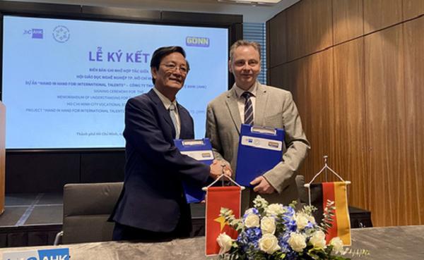 Đại diện Phòng Công nghiệp và thương mại Đức tại Việt Nam và ông Lâm Văn Quản - chủ tịch Hội Giáo dục nghề nghiệp TP.HCM - ký kết hợp tác trong khuôn khổ dự án.