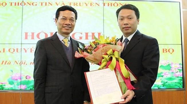 Ông Nguyễn Huy Dũng (thứ hai từ trái qua) nhận Quyết định bổ nhiệm Thứ trưởng - tân Thứ trưởng Bộ Thông tin và Truyền thông.